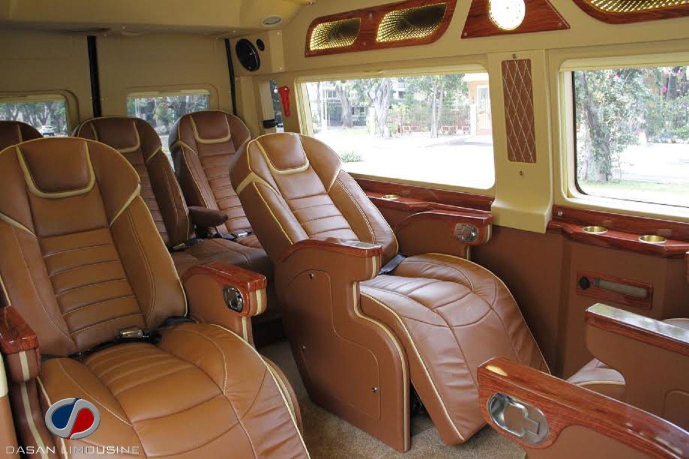 Mẫu nội thất Ford Dasan CT270 ghế màu da bò phối viền kem, trần và vách hông lửng màu kem sáng