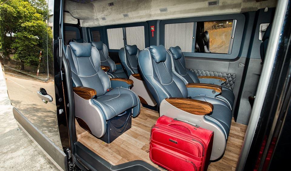 Mẫu xe limousine nội thất màu xanh đen