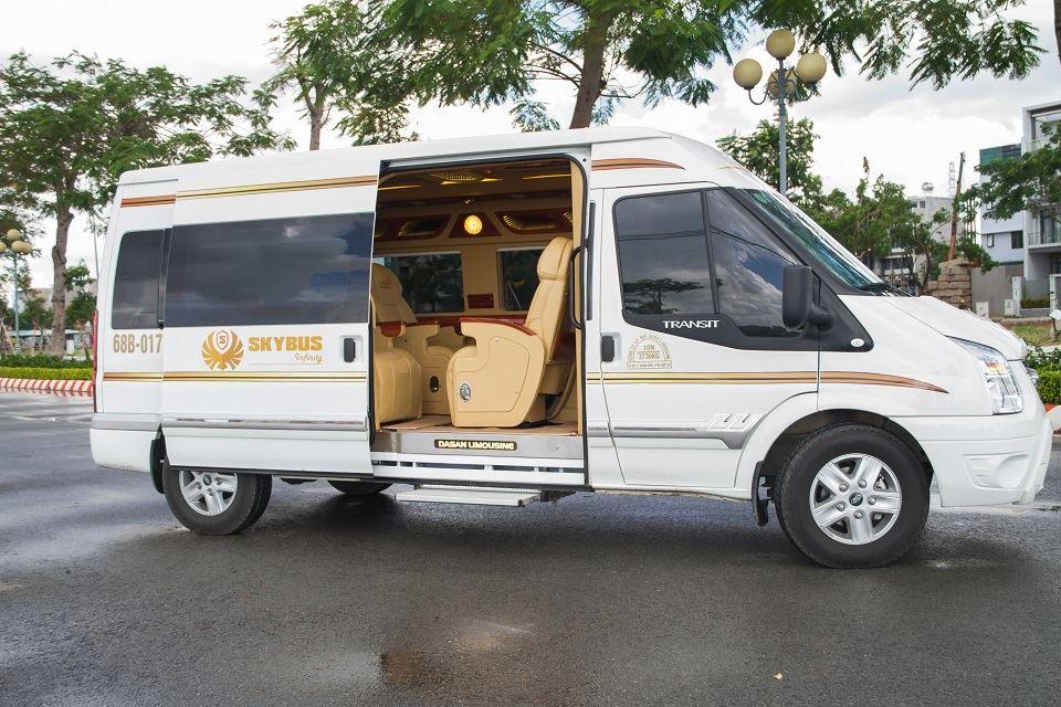 xe limousine ngoại thất trắng