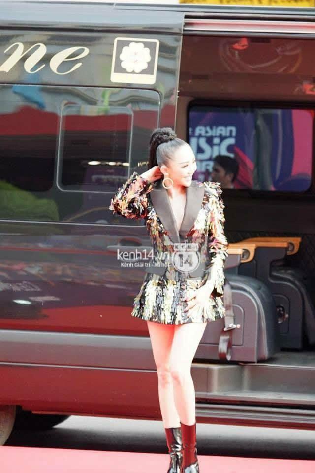 xe limousine của Dasan chuyên chở ca sĩ Tóc Tiên trong chương trình MAMA