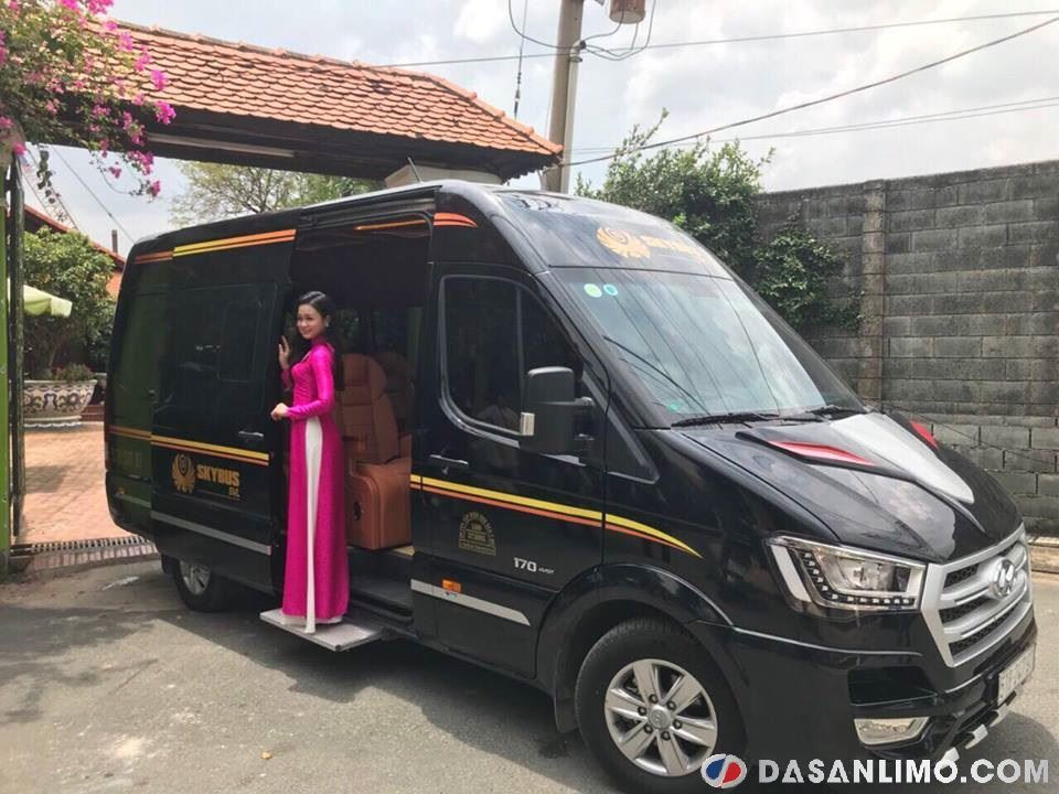 Thí sinh Hoa Hậu Việt Nam rạng rỡ bên chiếc SKYBUS của DASAN