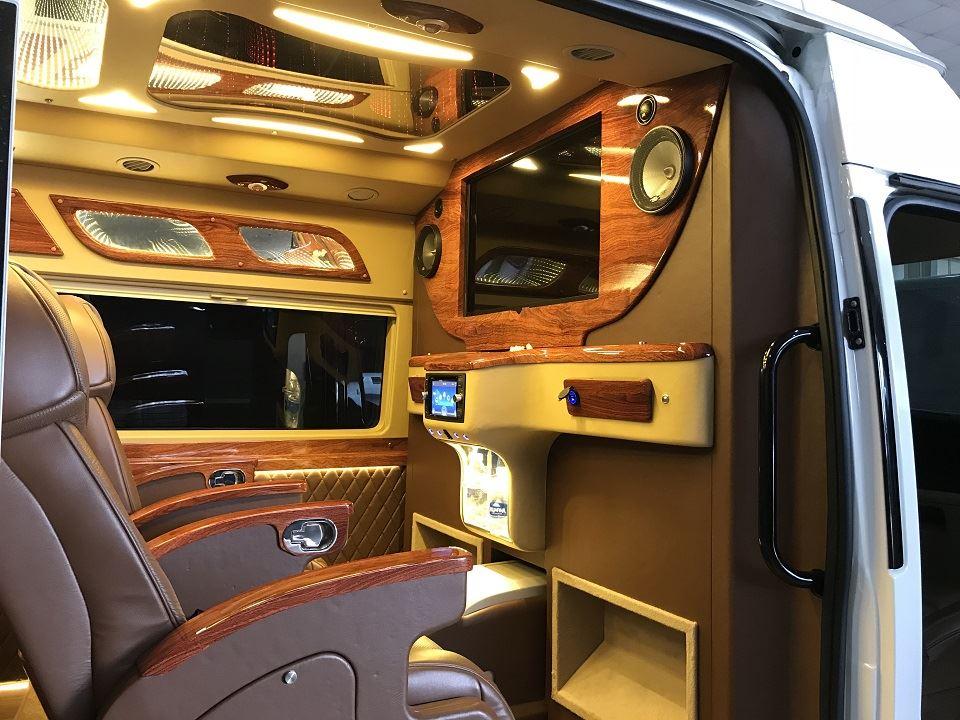 Ford Limousine cao cấp với vách ngăn riêng biệt