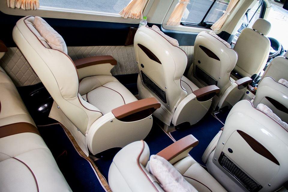 Khoảng cách giữa các ghế trên Solati Limousine 12 ghế VIP có độ rộng đến 40cm