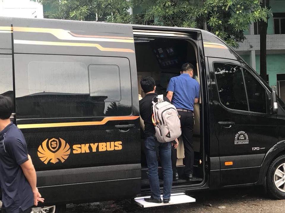 Các khách hàng có trải nghiệm thực tế trên Solati Limousine 12 chỗ SKYBUS