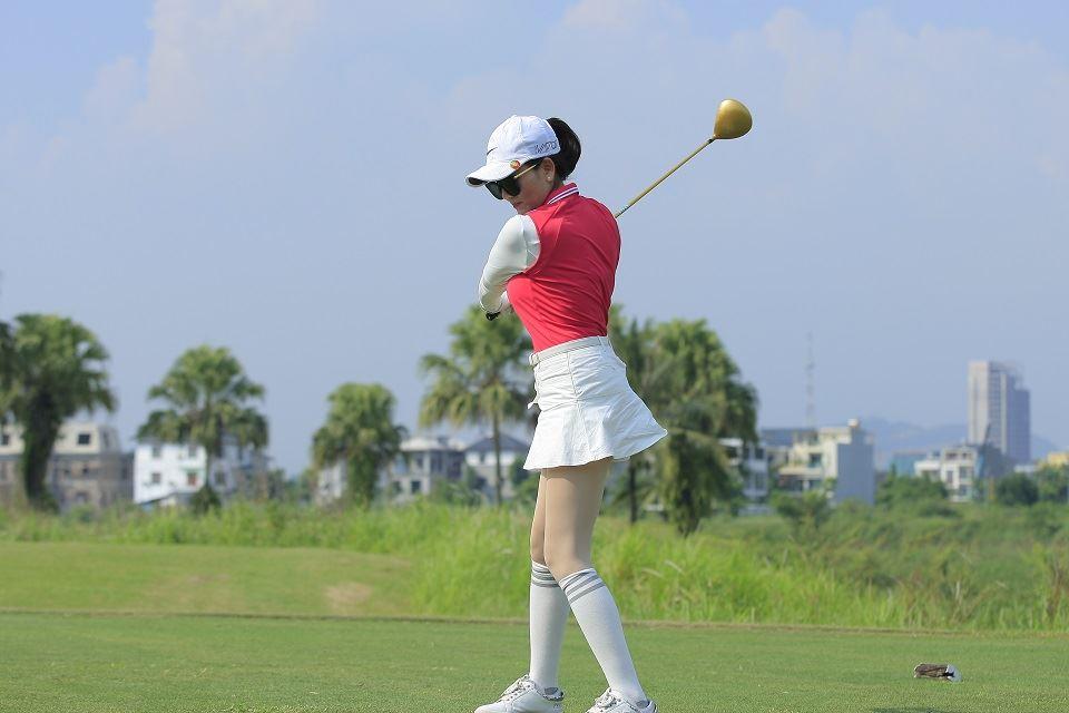 Golfer Lưu Lan Anh (trái) nhận Cup vô địch bảng Nữ