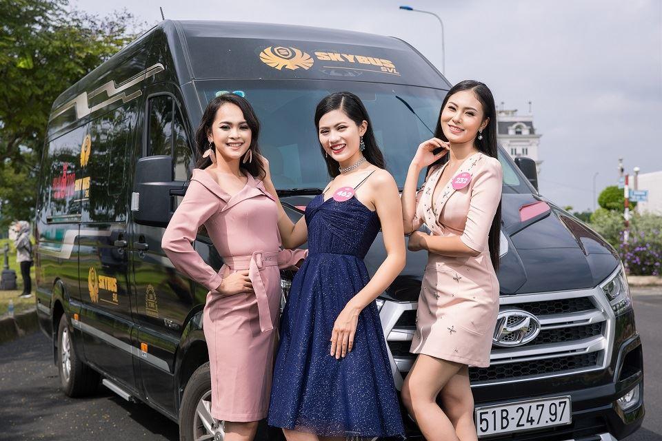 Thí sinh HHVN 2018 gợi cảm bên siêu xe limousine