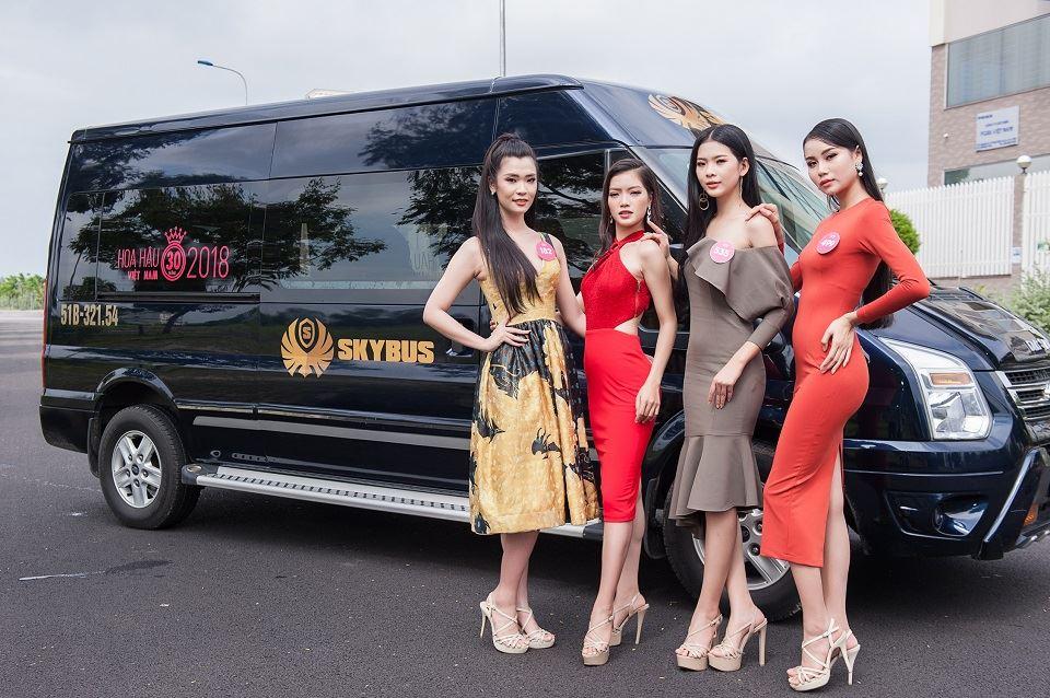 HHVN2018 gợi cảm bên xe Limousine SKYBUS