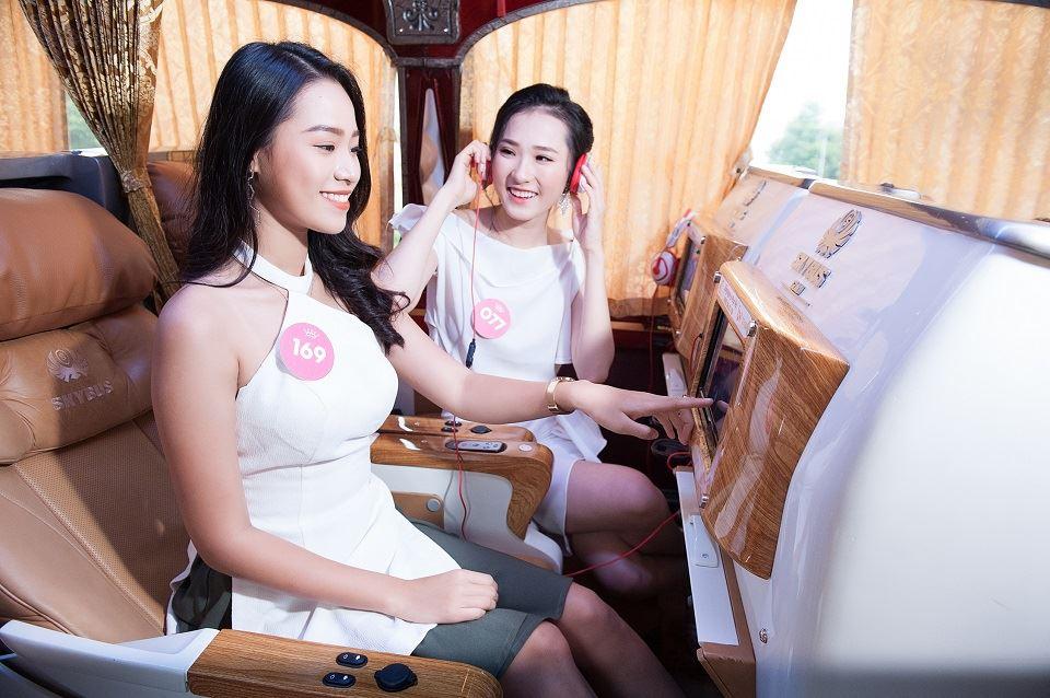 thí sinh Hoa Hậu Việt Nam trải nghiệm xe SKYBUS Limousine
