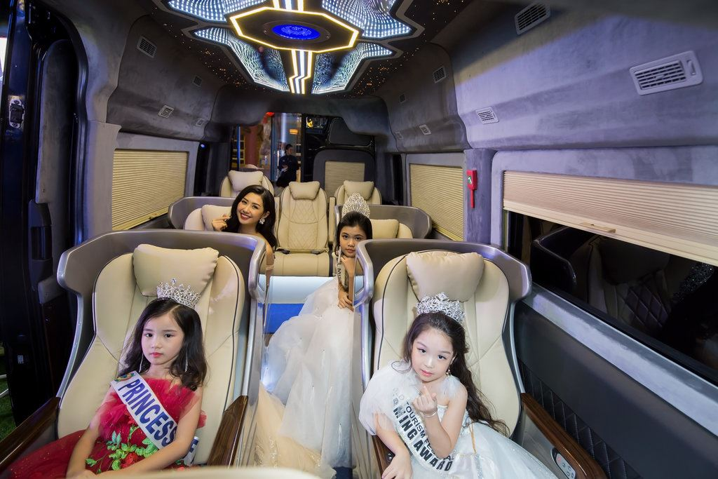 Hoa hậu nhí và người đẹp truyền thông tạo dáng trên SKYBUS Solati xle