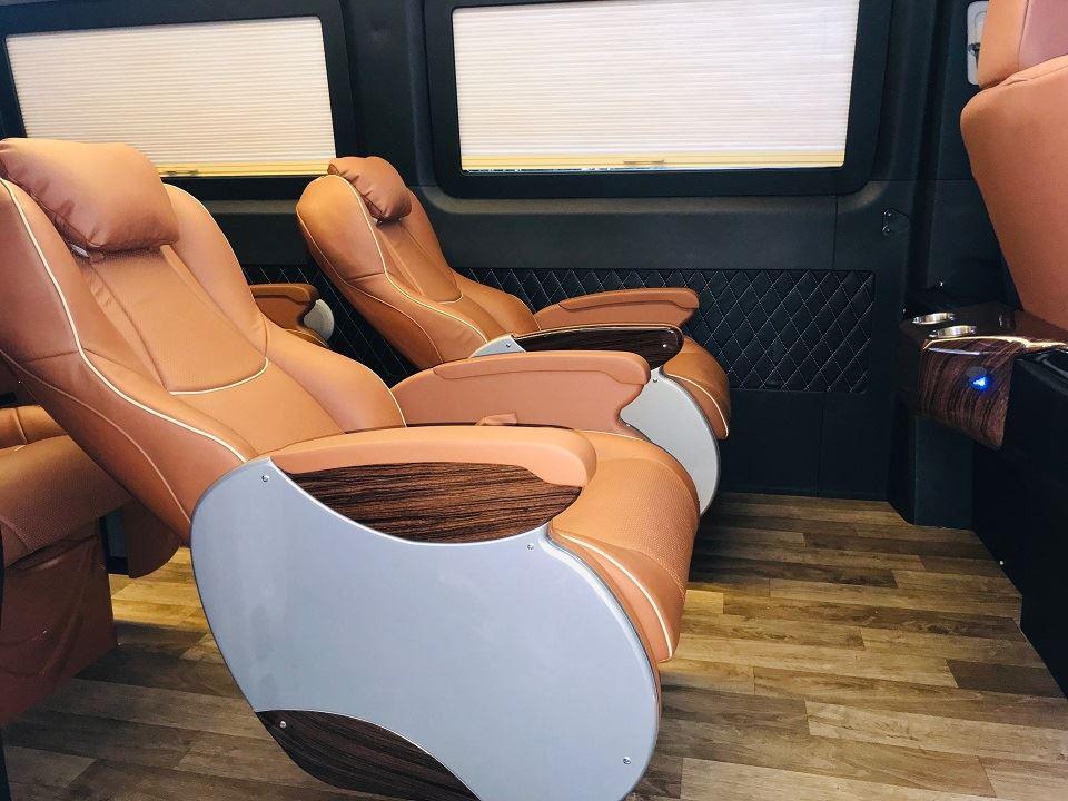 Khoảng cách giữa các hàng ghế trên Hyundai Solati 10 chỗ