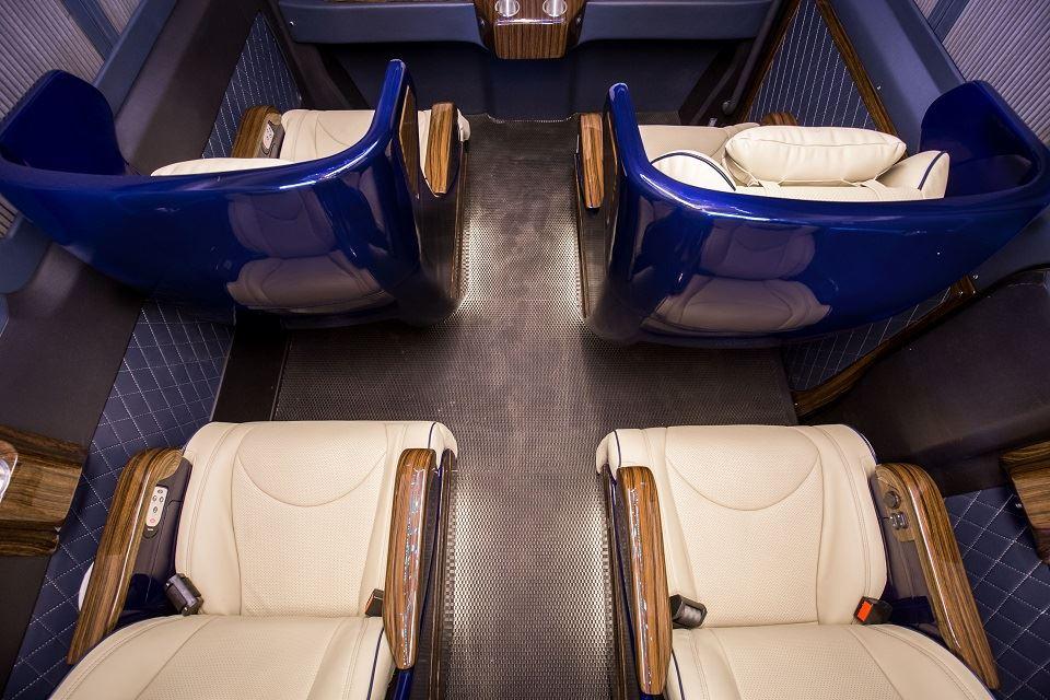Solati Bold Limousine 10 ghế VIP chỉnh điện
