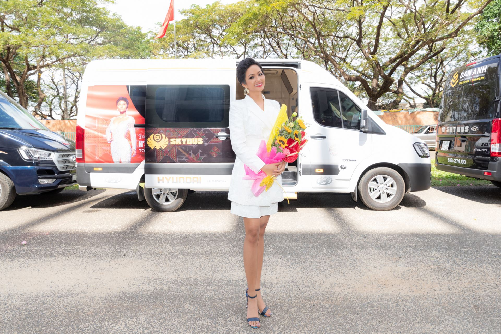 Hoa Hậu Hoàn Vũ H'Hen Niê và xe limousine Skybus