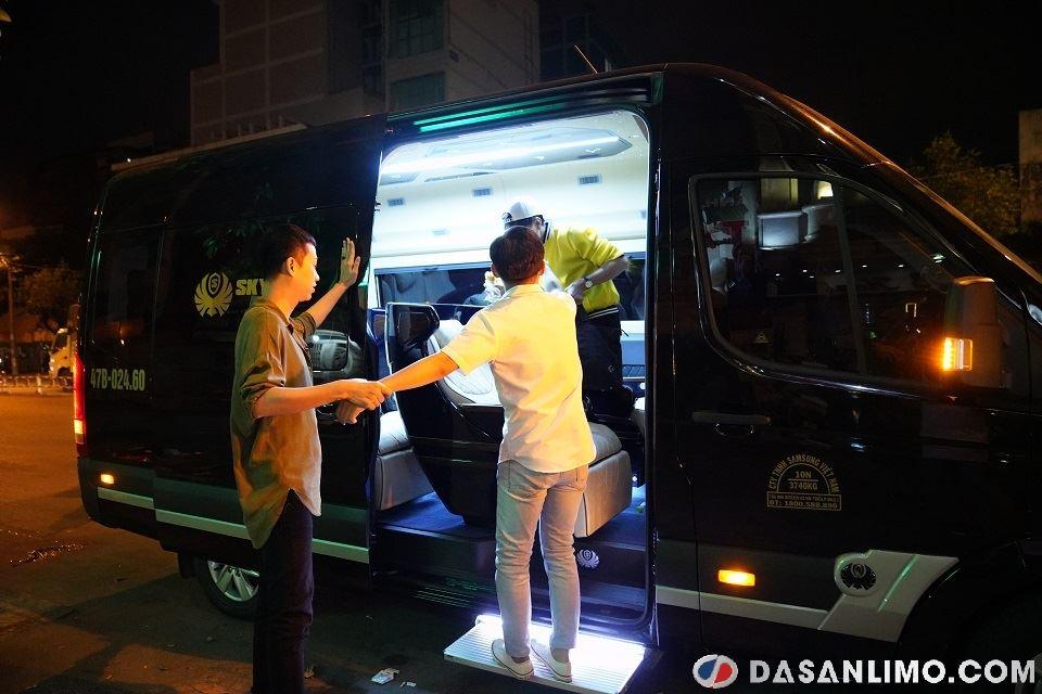 Hải Triều và Minh Dự đẩy Ngọc Tuyên lên xe limousine SKybus