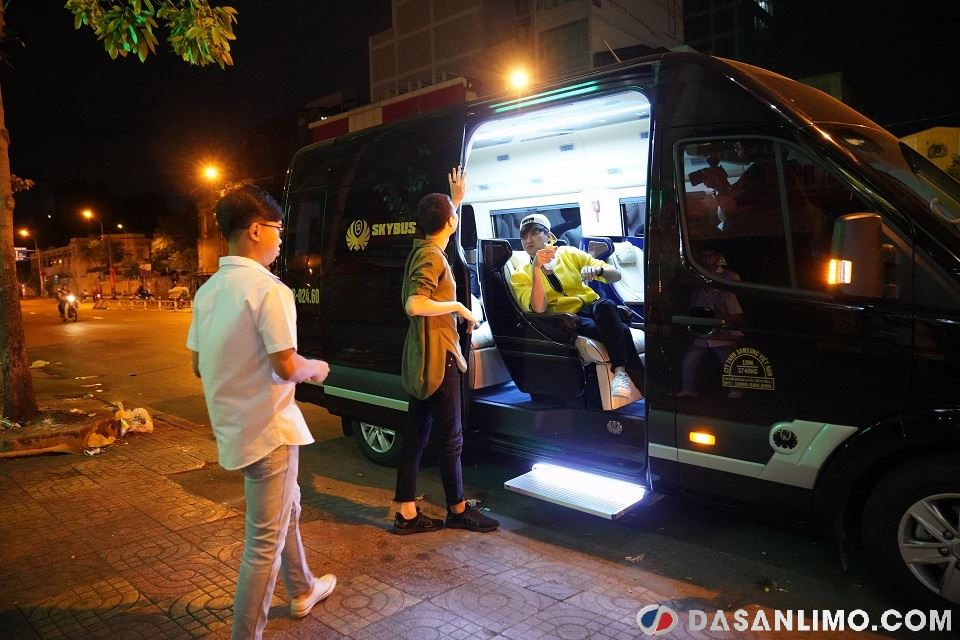 Hải Triều và Minh Dự năn nỉ Ngọc Tuyên để được lên xe Skybus