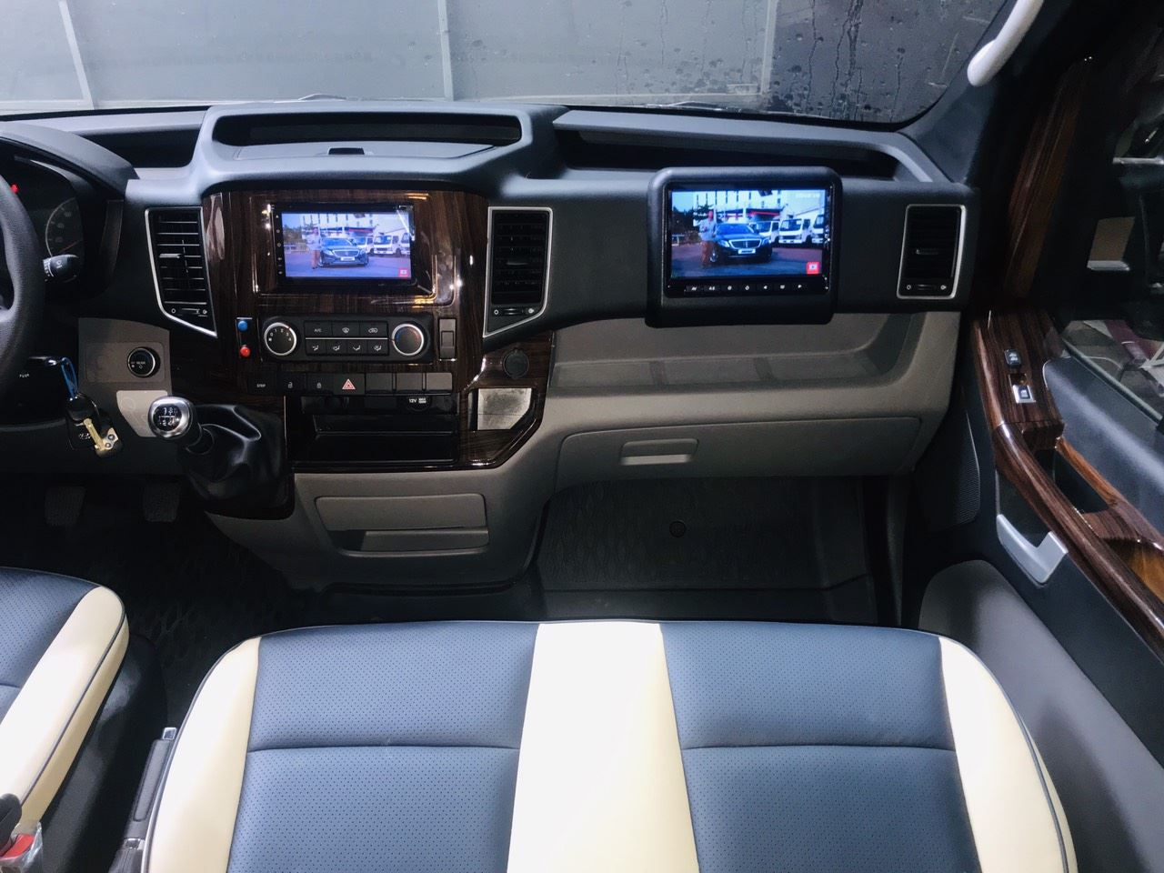 Solati Limousine 10 chỗ SKYBUS Bold 19